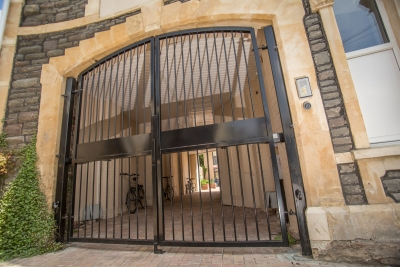 Made to measure metal electric gate built to tightly fit existing arch in Bristol.